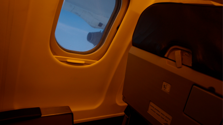 飛行機の機内夜