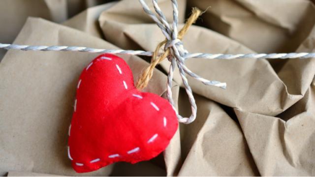 紐で結んだ包装紙に赤い手縫いのハート