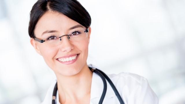 にっこりほほ笑む皮膚科の女性医師