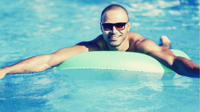 プールに浮き輪で浮かぶ男性