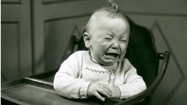椅子に座って不機嫌に泣く赤ちゃん