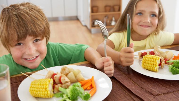 食事を楽しむ子どもたち
