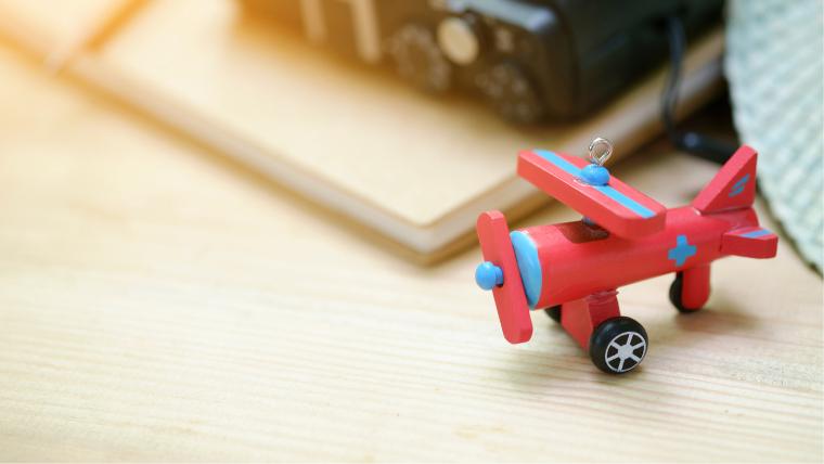 おもちゃの飛行機(旅行準備のイメージ)