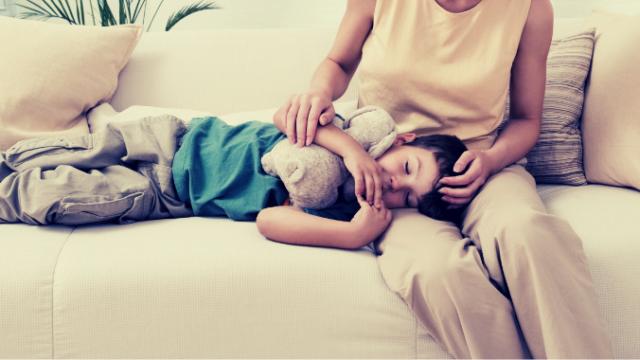 子どもを膝枕する母親